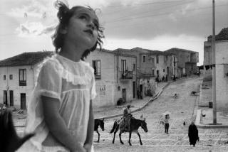 Rua principal de Corleone, Sicília, Itália, 1959. © Sergio Larrain/Magnum Photos. Cortesía del IMS