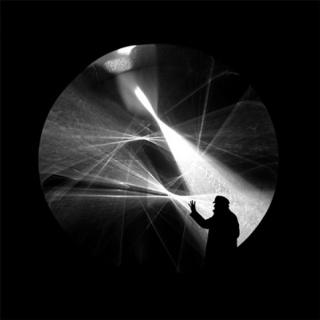 Julio_Le_Parc__em_frente_ao_Continuel_lumiere_cylindre,_1962-2012