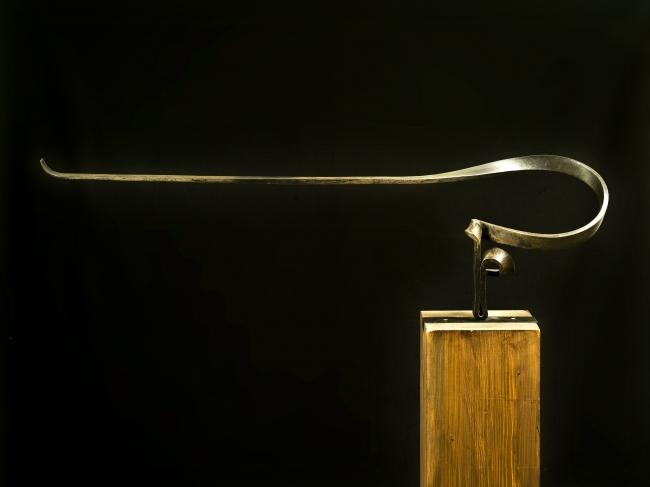 Martín Chirino, Homenaje. Serie Marinetti XIII, 2010, Hierro forjado, 31 x 99.5 x 17 cm. — Cortesía de la galería Marlborough Barcelona