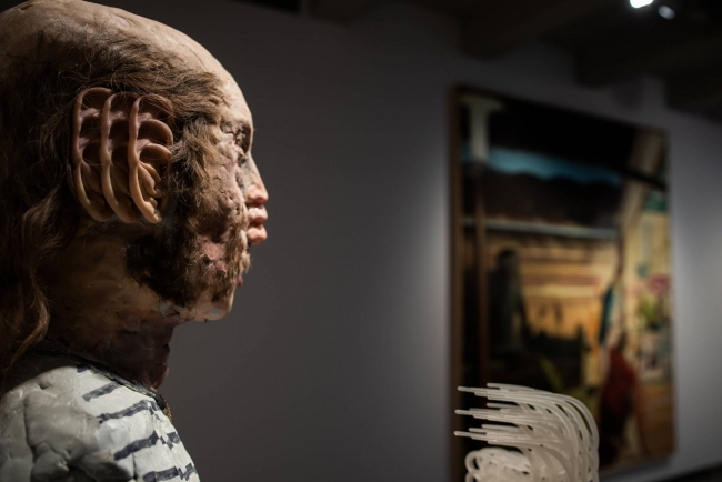 Una obra de David Altmejd en primer plano, detrás una pieza de Neo Rauch en Still Human. Colección SOLO