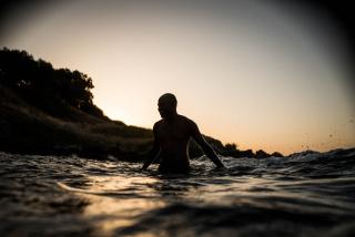 Samnuel Nacar, Beni se baña en una playa de Lesvos tras abandonar el Congo. Lesvos, 2019 — Cortesía de la Fundación Photographic Social Vision