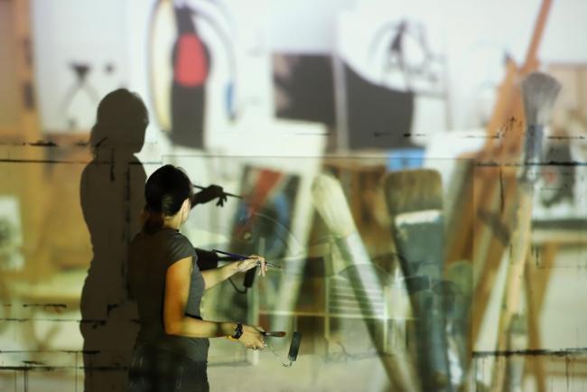 ©Morrosko Vila-San-Juan, 2020. Bea Sarrias trabajando en su taller — Cortesía de Miró Mallorca Fundació