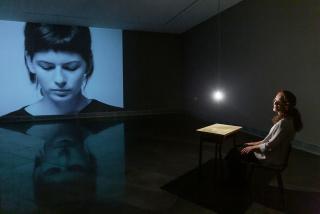 La artista Ana Teresa Ortega en la sala expositiva que acoge la serie Jardines de la memoria — Cortesía del Museo Universidad de Navarra