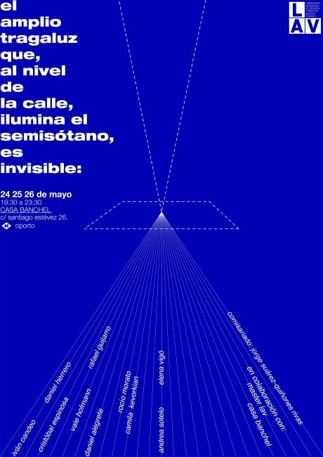 el amplio tragaluz que, al nivel de la calle, ilumina el semisótano, es invisible