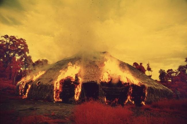 Os Yanomami podem incendiar malocas quando migram, querem livrar-se de uma praga, ou quando um líder importante morre. Filme infravermelho, Catrimani, Roraima, 1976. Foto © Claudia Andujar