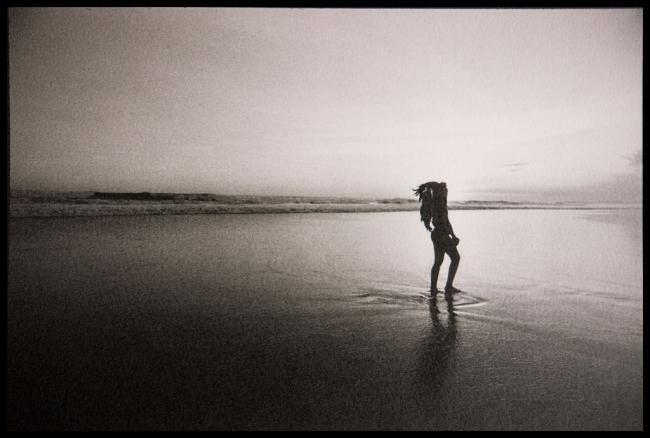 On the beach (Indonesia_Bali, 2018). Foto Oskar Ohlson — Cortesía del Institut d'Estudis Fotogràfics de Catalunya (IEFC)