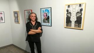 El autor, Francisco Sánchez Gil, en la sala de la muestra