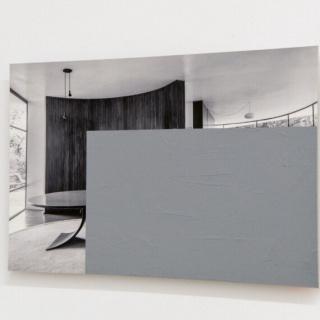 Ricardo Alcaide, Grey Obstruction, 2015. (Casa das Canoas, Oscar Niemeyer, Rio de Janeiro). Acrílico sobre fotografía 40 x 60 cm. — Cortesía de arróniz arte contemporáneo