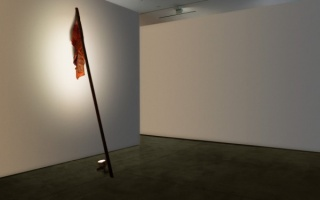 Andrés Montes, One red flag (Verkauf). Found fabric and wood. Variable dimensions, 2015