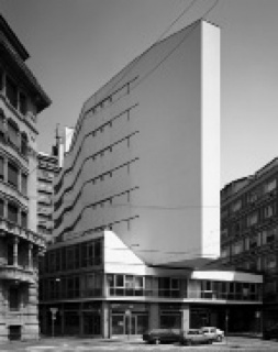 Gabriele Basilico. Milán, edificio de apartamentos en la vía Corridoni (Milan, apartment building in Corridoni Street), 2010 © Gabriele Basilico