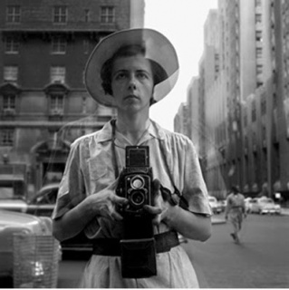 Self-portrait © Estate of Vivian Maier, Courtesy of Maloof Collection and Howard Greenberg Gallery, NY — Cortesía de Tabakalera