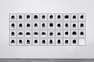 Marlon de Azambuja, Framework Houses, 2015, rotulador negro sobre páginas de libro de Bernd y Hilla Becher — Cortesía del artista