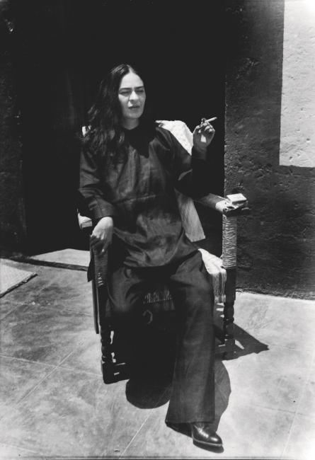 ANTONIO KAHLO. Frida dressed as a Chinese, Coyoacan, Mexico DF, 1947 — Cortesía de PHotoEspaña
