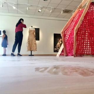 Montaje de la exposición Arquitecturas Corporales por la artista Tamara Jacquin y la comisaria Marisol Salanova.