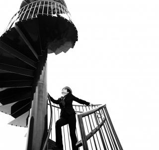 "Yoko Ono ascending ""To See The Sky"" at YOKO ONO: ONE WOMAN SHOW, MoMA, NYC 2015.  Photo by Greg Kadel ©Yoko Ono. Cortesía del C3A"