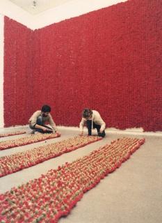 Crédito fotográfico: Soledad Sevilla. Leche y sangre (1986), Galería Montenegro (Madrid) Cortesía de la artista