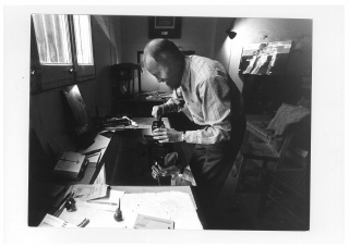 Manolo Millares grabando una de las planchas de Antropofauna en el taller de Gustavo Gili en Barcelona, 1970. © Cortesía de Editorial Gustavo Gili S.L. Foto: Tony Vidal