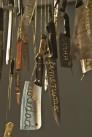 Catalina Mena. Léxico doméstico. 2016. Cuchillos de cocina usados y bordados con hilo dorado. 200x200x480 cm (detalle)