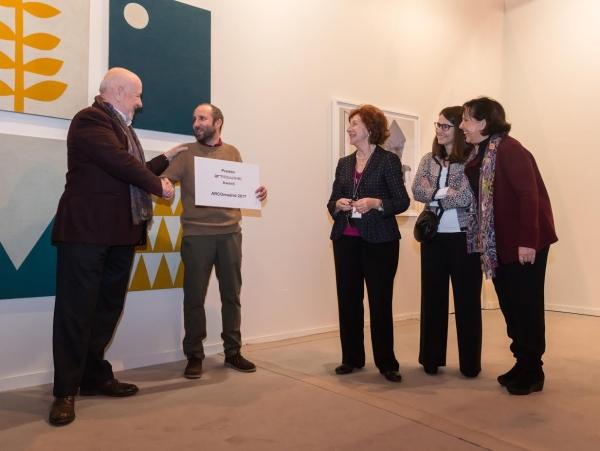 Entrega del premio con obra premiada