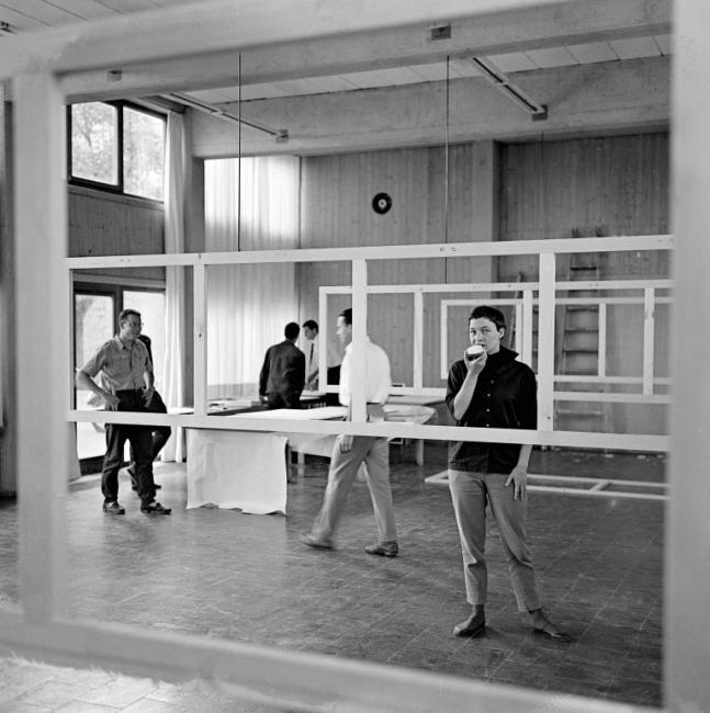 Klaus Krippendorf, Klaus Willy, Klaus Franck e Angela Goldring preparando a exposição anual dos alunos, hfg, 1954. Foto de Alexandre Wollner / Acervo IMS