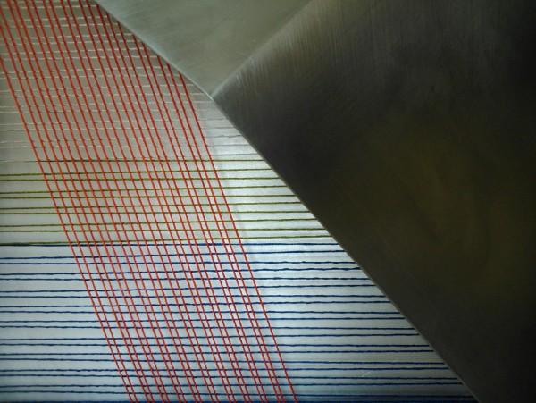 SARA VELÁZQUEZ. Fragmento de `Luz confinada´ I, 2016. Aluminio, hilo de seda y lienzo. 40x40x11 cm.