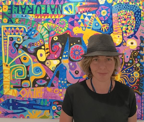 1. La artista Teresa Irisarri ante su cuadro Merlín e familia