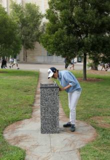 SÅ LÆNGE DET VARER*. Imagen: nairy baghramian, smart water (after michael asher, untitled 1991, UCSD), 2017. cortesía de la artista, kurimanzutto y marian goodman gallery, nueva york, londres, parís