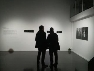 """Foto de la exposición """"Negro Zorzal"""" en Tigomigo — Cortesía de Piramidón"""