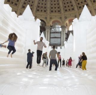 White Bouncy Castle en el Museu Nacional d'Art de Catalunya, fotografía de Marta Mérida — Cortesía del MNAC