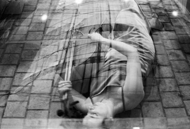 Javier Campano. Charlotte Moorman, encapsulada por Darío Villalba en la Galería Vandrés. Madrid, 1975. Colección CA2M — Cortesía del CA2M
