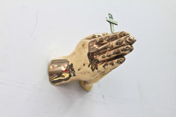 Eugenio Merino, IN GOD WE TRUST, EVERYONE ELSE PAYS CASH, 9 esculturas de manos en bronce con origamis hechos con dólares, 2015. Bronce, 9 dolares.