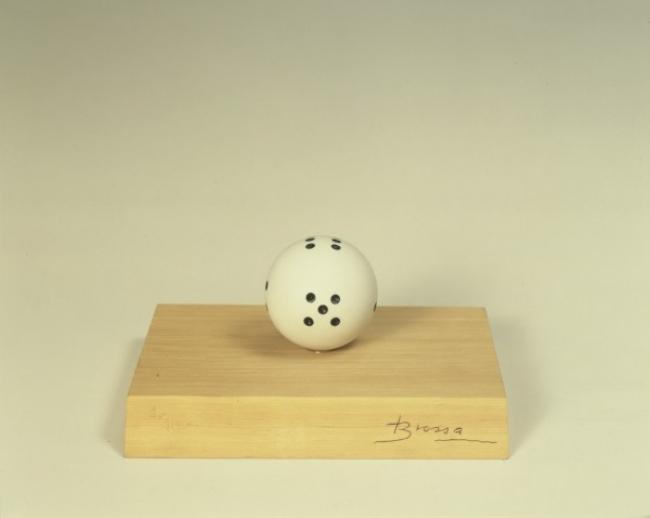 Joan Brossa, DAU RODÓ, 1969 -1982. Poem-Objecte, Ink on plastic, 14x10x16cm (urn) — Cortesía de 3 Punts Galeria