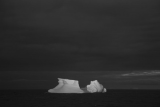 Diego Narváez, Iceberg VI (de la serie Mar Negro). Impresión Digital sobre papel Algodón, 24 x 35.4 cm, 2015