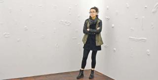 Juliana Vidal junto a las 123 cicatrices incrustadas en planchas de gypsum