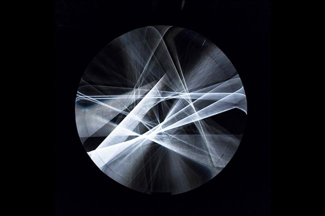 Julio Le Parc, Cilindro único de luz continua, 1962 / 2012. Madera, acero y lámparas, 400 cm de diámetro x 90 cm. © Guillaume Zaccarelli. Cortesía Atelier Le Parc