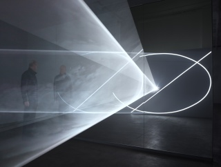 Anthony McCall, Split Second (Mirror), 2018. Installation View, Sean Kelly, New York, 2018. Photograph by Dan Bradica — Cortesía de la Galería Cayón