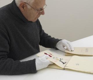 Antoni Llena trabajando en el Archivo de la Fundació Joan Miró. Foto: Gasull. © Fundació Joan Miró, 2019 — Cortesía de la Fundació Joan Miró
