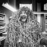 Karel Appel en Phonogram Studio, durante el desarrollo del proyecto Musique barbare [Música bárbara], 1963. Fotografía en blanco y negro. Nederlands Fotomuseum, © Ed van der Elsken — Cortesía del Museo Reina Sofía