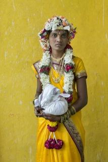 Cristina García Rodero - Shirvani en el día de su boda. Sujeta un saco lleno de arroz que ofrecerá a la familia del novio y que simboliza la confianza en que a la nueva familia no le faltará comida.