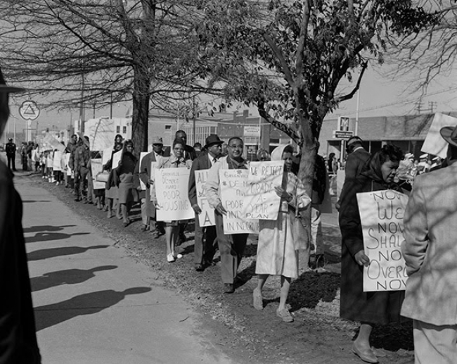 Henry Clay Anderson. Image of a civil rights protest outside Greenville City HallJanuary 25, 1965. Collection of the Smithsonian National Museum of African American History and Culture — Cortesía del CA2M