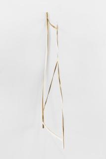Bruno Cidra, Untitled - Structure, 2018. Brass and paper, 150 x 7 x 12 cm. © Bruno Lopes — Cortesía de la Galeria Bruno Múrias