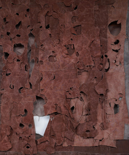 Simon Callery. Red Mantle, 2020. Técnica mixta sobre tela. 220 x 180 x 25 cm.