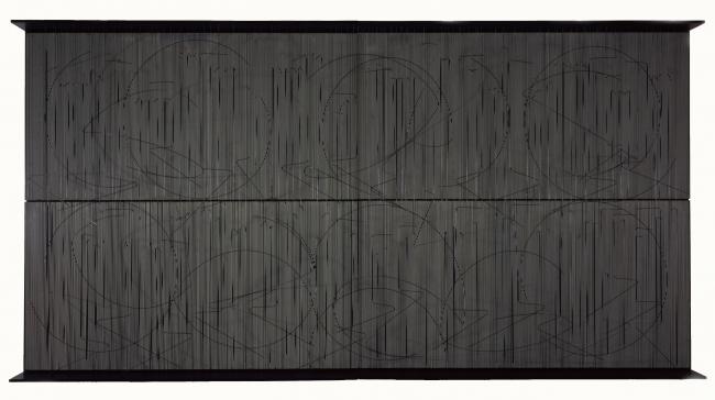 Jesús Rafael Soto, Escritura muro negro, 1977. Pintura acrílica sobre madera y metal, hilo de nailon, 206x402x30 cm. Colección particular © Jesús Rafael Soto, ADAGP, Paris / VEGAP, Bilbao, 2019 — Cortesía del Museo Guggenheim Bilbao
