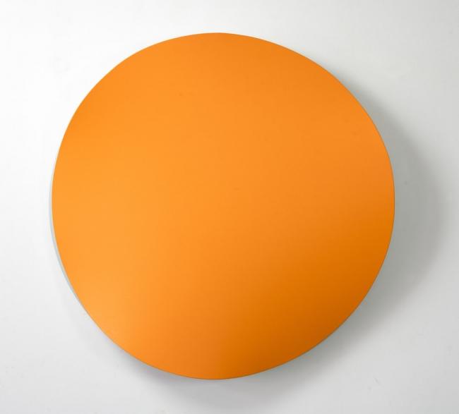 Jan Kalab, Bent Orange, 100 cm. 2019 — Cortesía de Plastic Murs