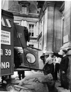 Arribada de les obres d'art romànic a Paris, 1937. Foto Koller. Arxiu Nacional de Catalunya — Cortesía del MNAC