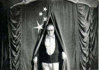 Joan Brossa a la 2a Fira de Teatre al Carrer de Tàrrega, 1982. Col·lecció MACBA. Centre d'Estudis i Documentació. Fons Joan Brossa. Dipòsit Fundació Joan Brossa. Foto: Jaume Maymó