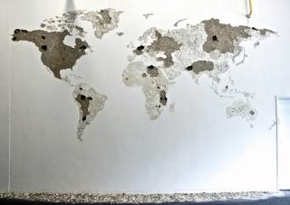 Jean Denant, Mappemonde, 2004-2016. Impacto de matillo sobre pared, escombros, 7m x 4m