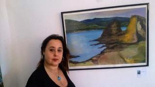 Silvia G.Armesto con mi obra expuesta en el recinto expositivo de la Casa del Mestre