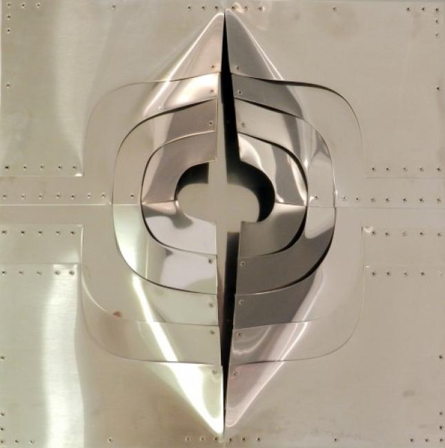 AMADEO GABINO, ESCUDO DE VENUS XV, 1974. Acero inoxidable, 50x50 cm. — Cortesía de 3 Punts Galeria