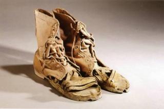 Huarabotas, 1995, bota militar/huarache de Helen Escobedo (1934-2010), de la serie Indumentaria para la guerra y la paz, que se inició en 1995 y culminó en 2000, luego de la irrupción del EZLNFoto cortesía de la UAM